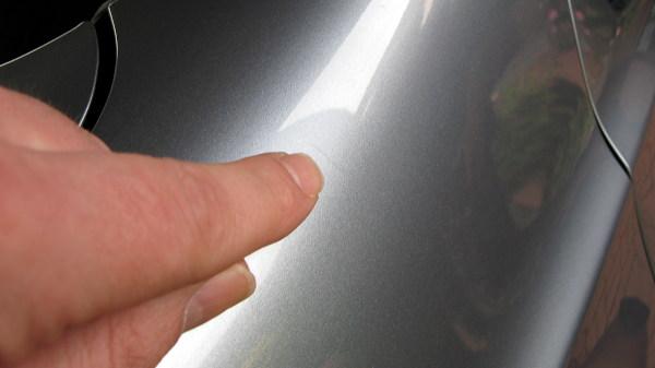 schwarz lackierter kleiner finger